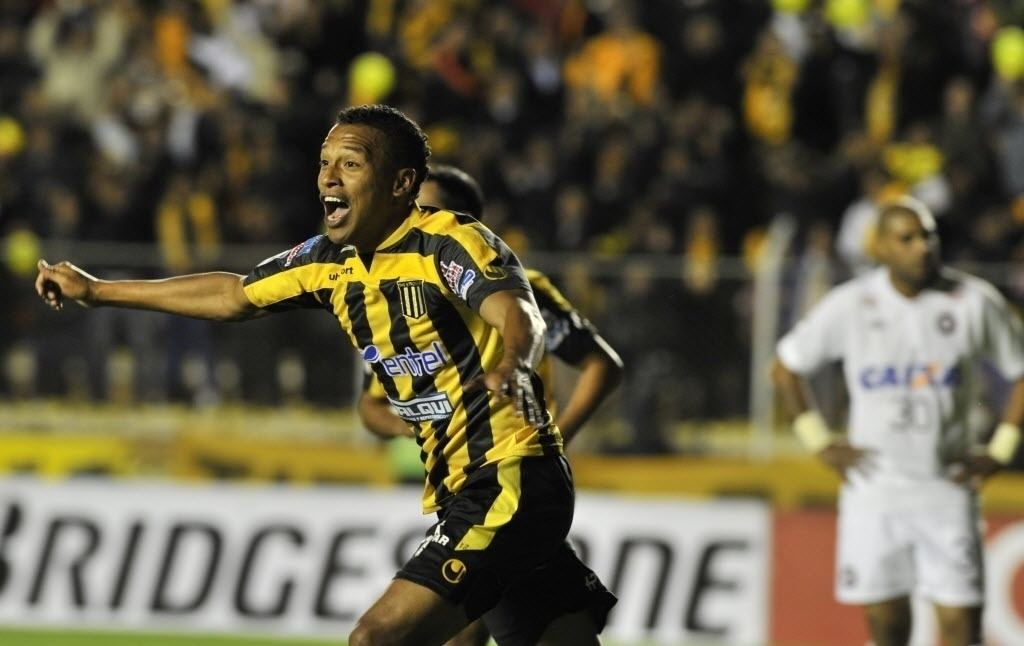 08.04.14 - Jair Reynoso comemora gol do The Strongest contra o Atlético-PR pela Libertadores
