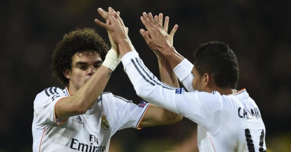08.abr.2014 - Casemiro (dir) comemora com Pepe após o Real Madrid eliminar o Borussia Dortmund e garantir vaga nas semifinais da Liga dos Campeões