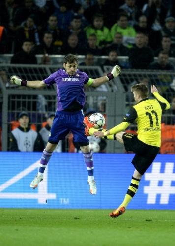 08.abr.2014 - Casillas tenta atrapalhar a finalização de Marco Reus na partida entre Real Madrid e Borussia Dortmund pela Liga dos Campeões