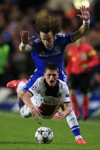 08.ABR.2014 - David Luiz cai em cima de Marco Verratti em disputa de bola no duelo entre Chelsea e PSG pelas quartas de final da Liga dos Campeões