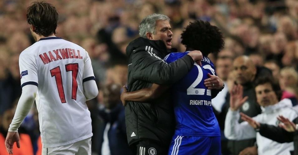 08.abr.2014 - José Mourinho abraça Willian após o Chelsea garantir vaga nas semifinais da Liga dos Campeões