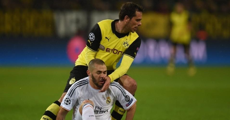 08.abr.2014 - Manuel Friedrich (atrás) disputa pela bola com Benzema na partida entre Borussia Dortmund e Real Madrid pela Liga dos Campeões