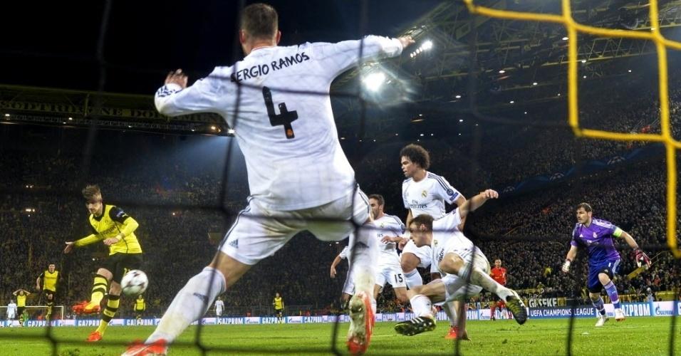 08.abr.2014 - Marco Reus chuta para marcar seu segundo gol na partida contra o Real Madrid pelas quartas de final da Liga dos Campeões