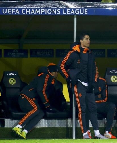 08.abr.2014 - Poupado por conta de uma lesão no joelho, Cristiano Ronaldo assiste ao jogo entre Real Madrid e Borussia Dortmund do banco de reservas