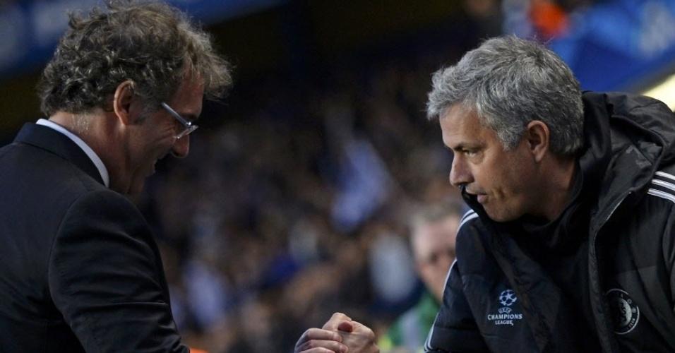 08.abr.2014 - Técnico do Chelsea, José Mourinho (dir) cumprimenta Laurent Blanc, técnico do PSG, antes do duelo entre as duas equipes pelas quartas de final da Liga dos Campeões