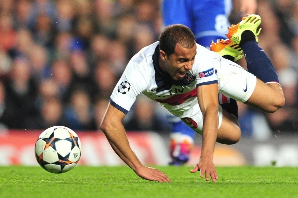 08.abr.2014 - Titular, Lucas é derrubado na partida entre Chelsea e PSG pelas quartas de final da Liga dos Campeões