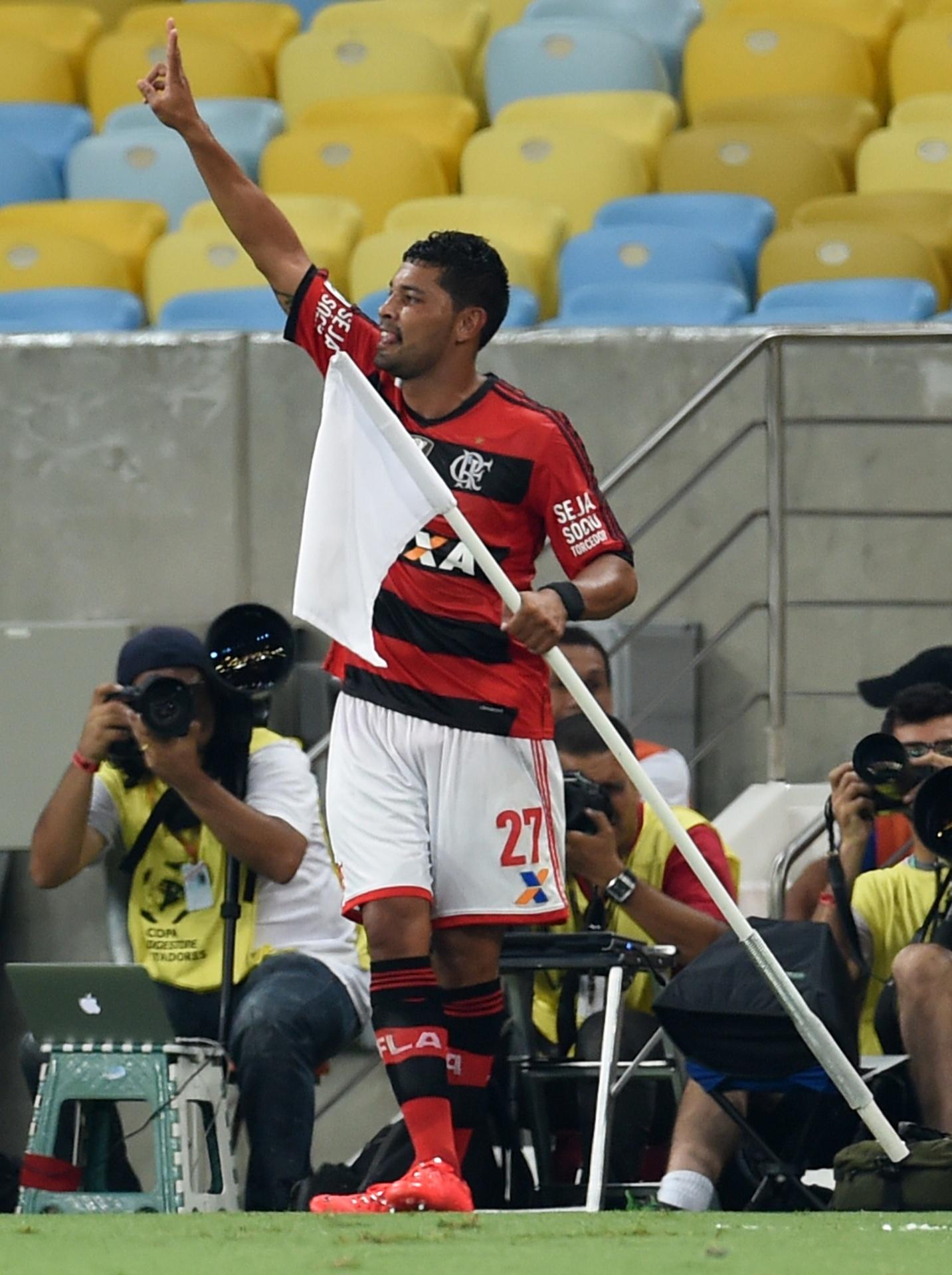 09.04.2014 - André Santos comemora gol do Flamengo contra o León em jogo da Libertadores no Maracanã com a bandeira de escanteio
