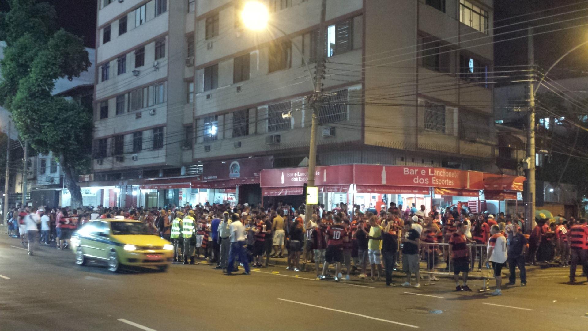 09.04.2014 - Chegada dos flamenguistas ao Maracanã para a partida contra o León, pela Libertadores, foi marcada com nó no trânsito, reboque e cambistas: