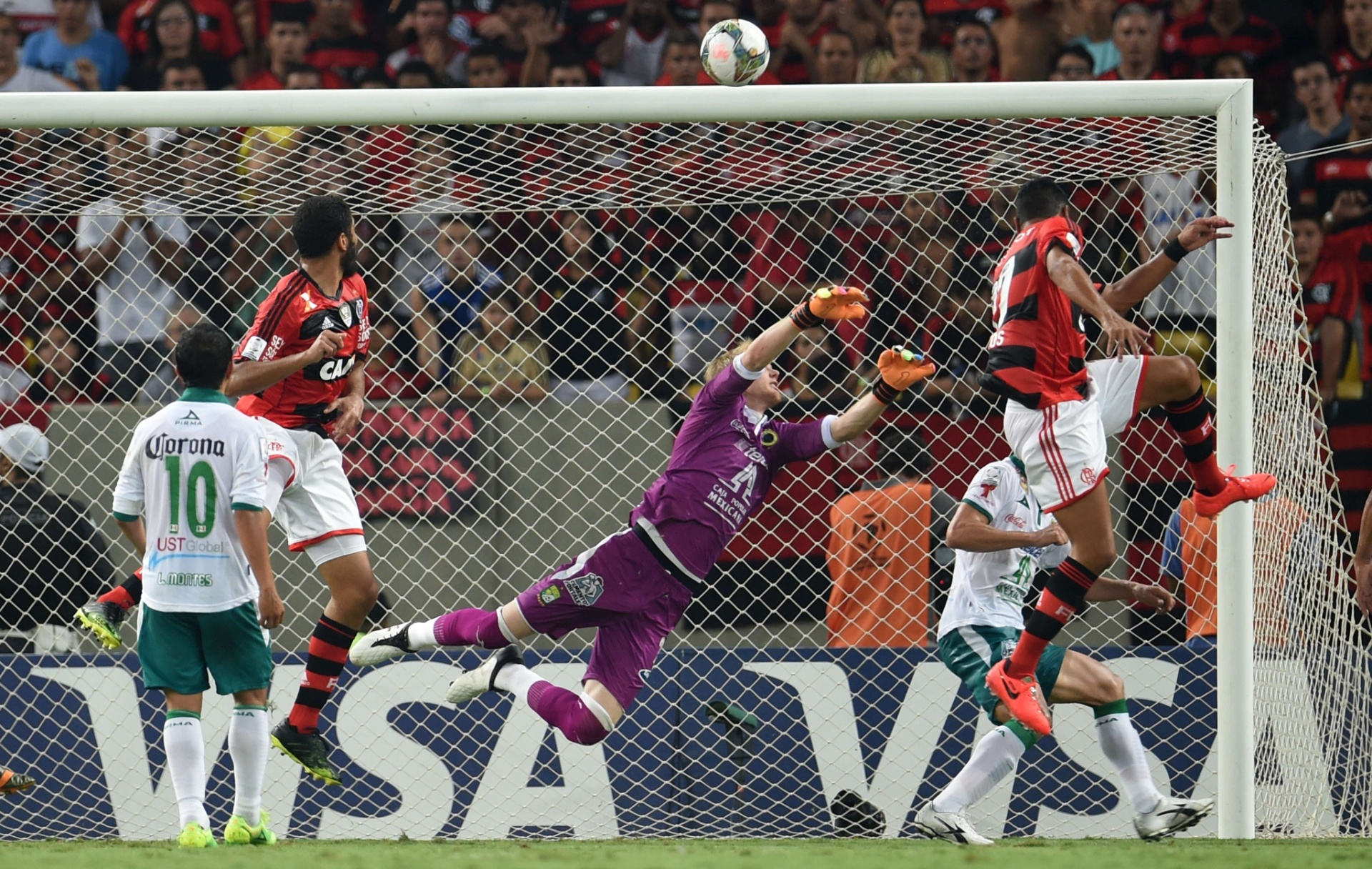 09.04.2014 - Gol de André Santos deixou a partida contra o Leon empatada por 1 a 1