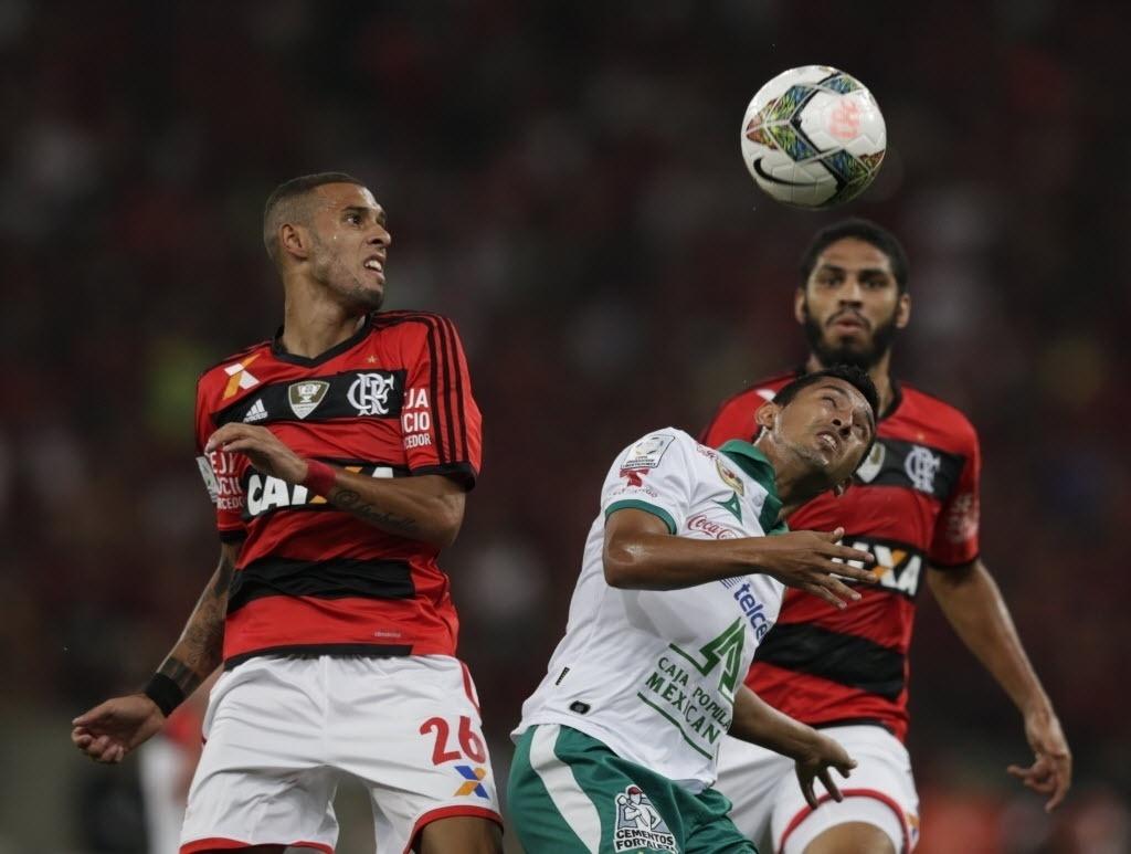 09.04.2014 - Paulinho e Wallace, do Flamengo, correm atrás da bola na partida contra o León