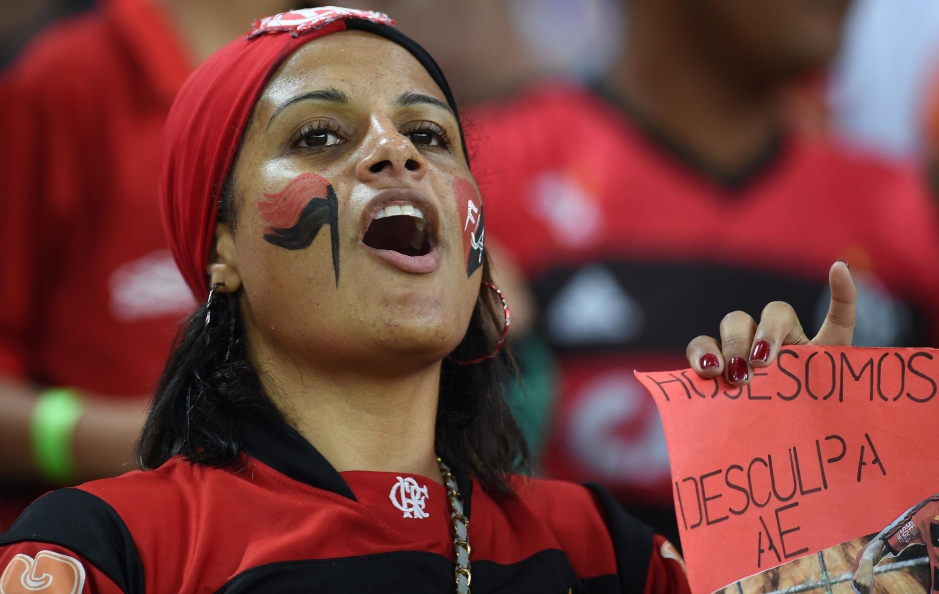 09.04.2014 - Torcedora do Flamengo faz a festa antes do jogo contra o Leon pela Libertadores