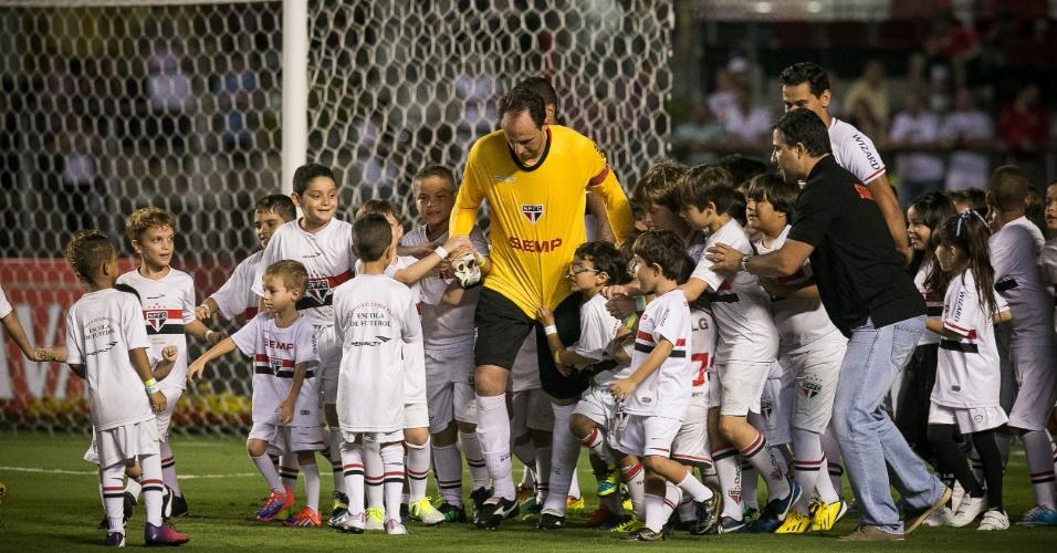 09.abr.2014 - Rogério Ceni entra em campo rodeado de crianças para jogo contra o CSA pela Copa do Brasil