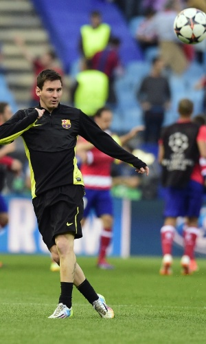 9.abr.2014 - Atacante argentino Lionel Messi bate na bola no aquecimento para a partida entre Atlético de Madri e Barcelona