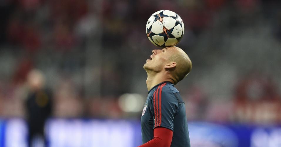 9.abr.2014 - Atacante Arjen Robben, do Bayern de Munique, faz malabarismo com a bola durante aquecimento para a partida contra o Manchester United