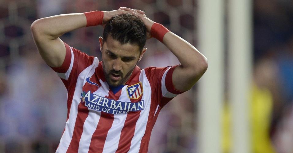 9.abr.2014 - Atacante David Villa lamenta uma das chances que perdeu no duelo entre Atlético de Madri e Barcelona