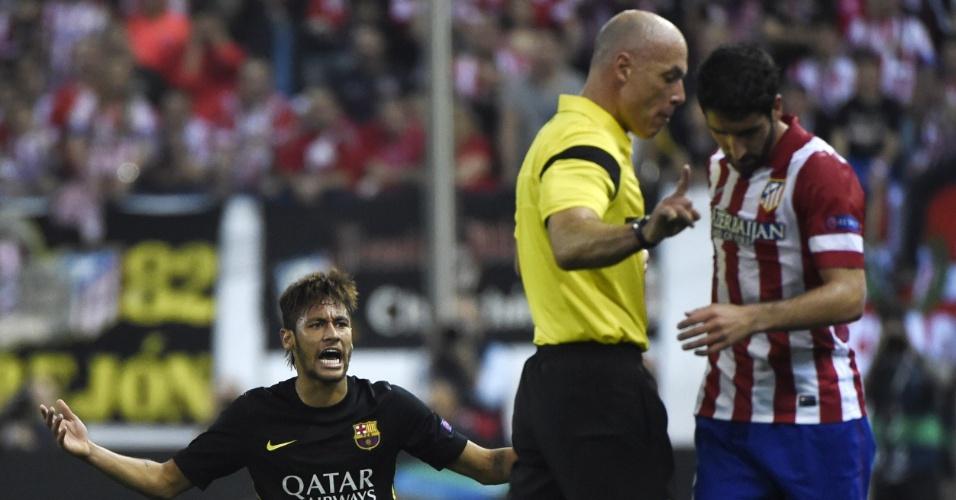 9.abr.2014 - Atacante Neymar reclama com o árbitro inglês Howard Webb ao sofrer falta durante a partida entre Atlético de Madri e Barcelona