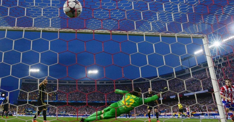 9.abr.2014 - Goleiro José Manuel Pinto não consegue impedir o primeiro gol do Atlético de Madri, marcado por Koke