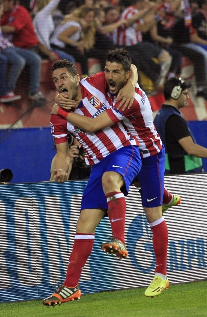 9.abr.2014 - Meia Koke, autor do gol do Atlético de Madri, quase é derrubado pelo companheiro David Villa na comemoração do gol da equipe