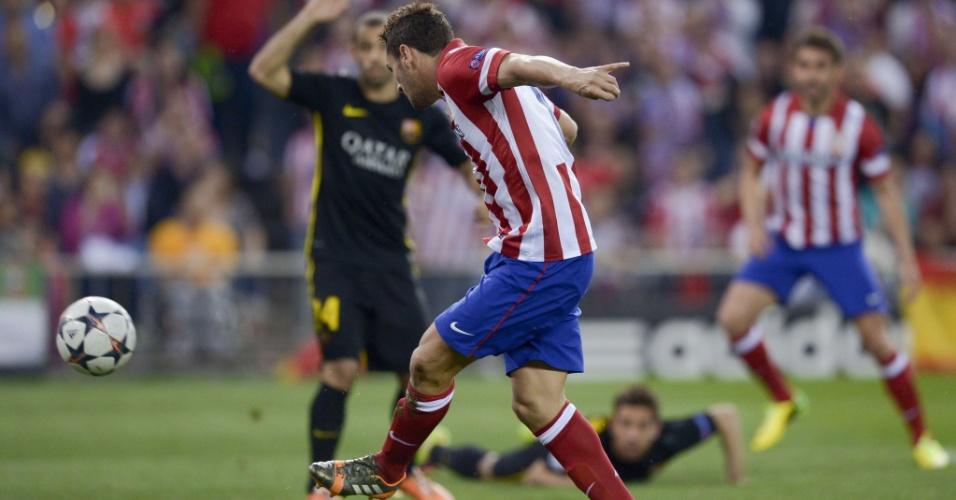 9.abr.2014 - Meia Koke, do Atlético de Madri, finaliza para abrir o placar no duelo contra o Barcelona