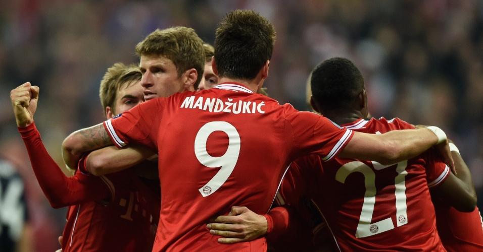 9.abr.2014 - Meia Thomas Muller é abraçado pelos seus companheiros após marcar o segundo gol do Bayern de Munique, o da virada sobre o Manchester United
