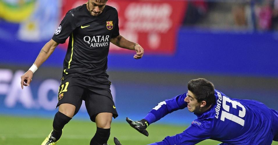 9.abr.2014 - Neymar tenta a finalização, mas é travado pelo goleiro Courtois, do Atlético de Madri