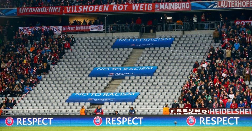9.abr.2014 - Setor da arquibancada da Allianz Arena, estádio do Bayern, fica vazio após punição sofrida por atos racistas dos seus torcedores