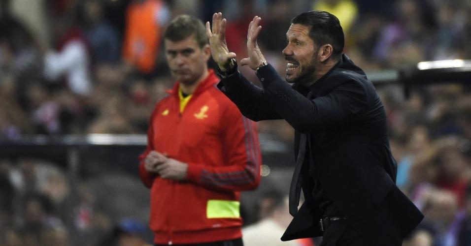 9.abr.2014 - Técnico Diego Simeone comanda seus jogadores do Atlético de Madri, pela Liga dos Campeões