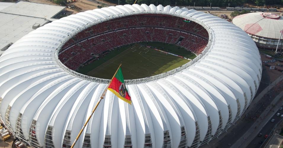 Vista aérea do reformado estádio Beira-Rio durante o jogo contra o Peñarol no festival de inauguração