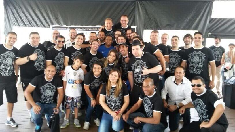 10.04.2014 - Elias confraterniza com torcedores do Corinthians após a entrevista coletiva
