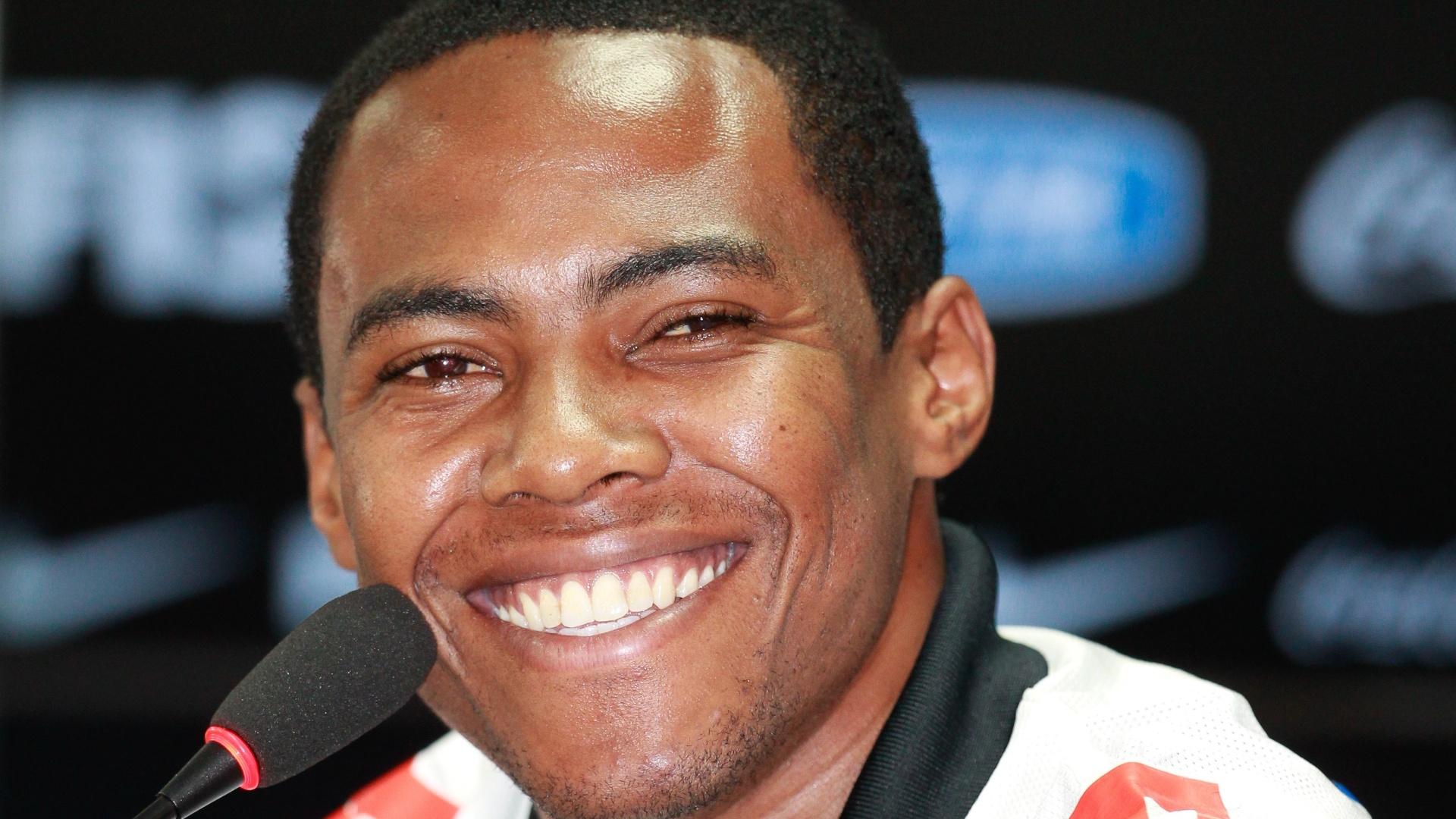 10.04.2014 - Elias sorri durante apresentação no Corinthians