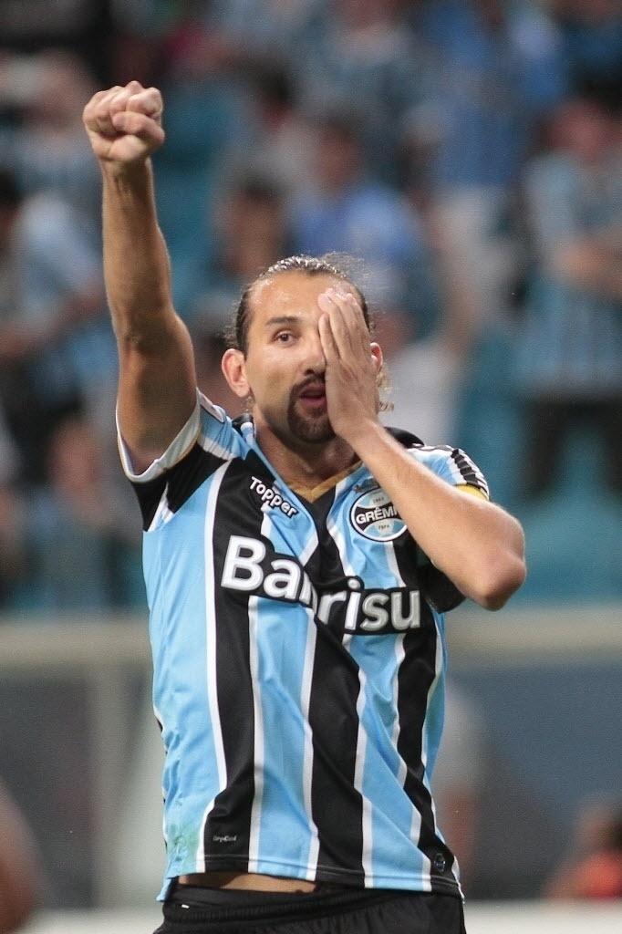 10.abr.2014 - Barcos comemora após abrir o placar, de pênalti, para o Grêmio contra o Nacional, pela Libertadores