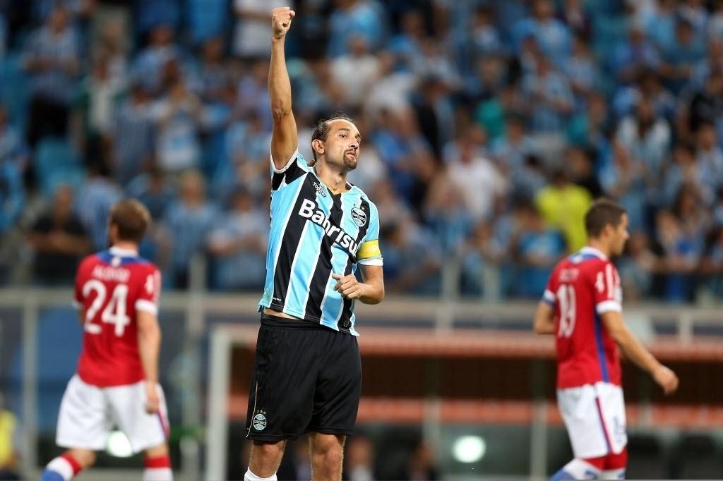 10.abr.2014 - Barcos comemora depois de abrir o placar para o Grêmio contra o Nacional