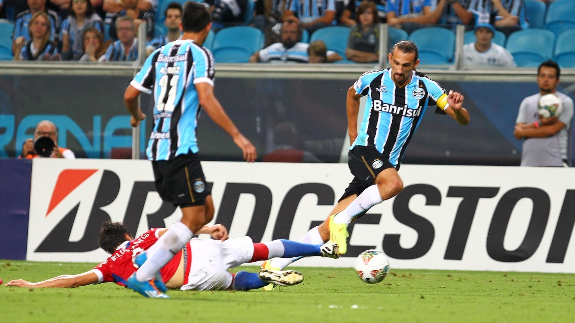 10.abr.2014 - Barcos escapa da marcação do Nacional na partida válida pela Libertadores