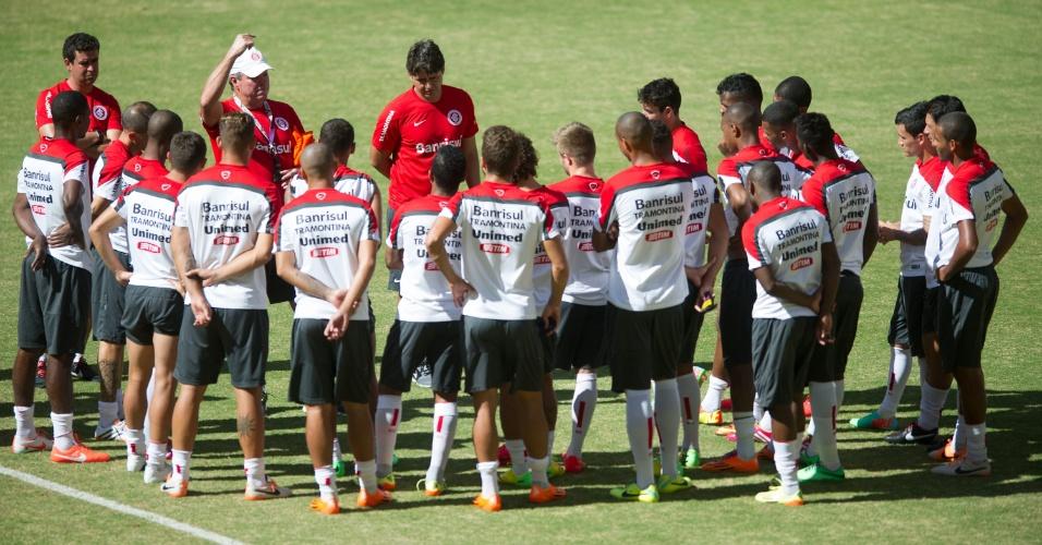 Zagueiro Juan esteve na conversa de Abel Braga com o grupo de jogadores antes de mais um treino fechado antes do Gre-Nal decisivo do Gauchão