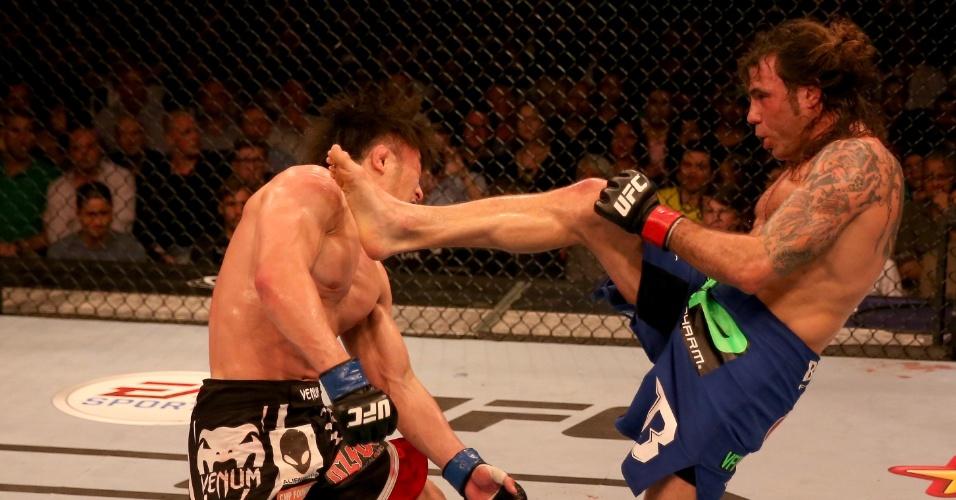 11.abr.2014 - Clay Guida acerta chute no rosto de Tatsuya Kawajiri; americano dominou a luta e venceu por decisão unânime dos jurados