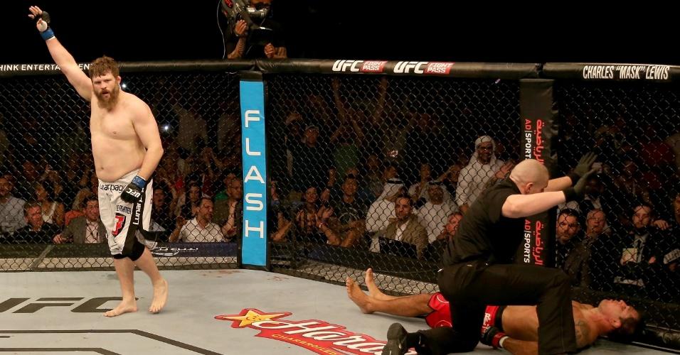11.abr.2014 - Roy Nelson comemora após nocautear Minotauro no primeiro round da luta principal do UFC Abu Dhabi