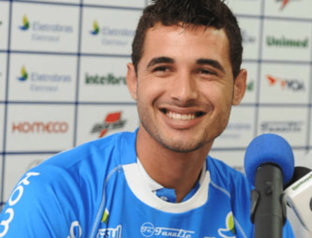 12.abr.2014 - Em sua passagem pelo Avaí, anotou apenas um gol, na derrota dos catarinenses por 3 a 1 para o Santos