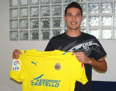 12.abr.2014 - Maurício posa com a camisa do Villarreal em apresentação no clube espanhol