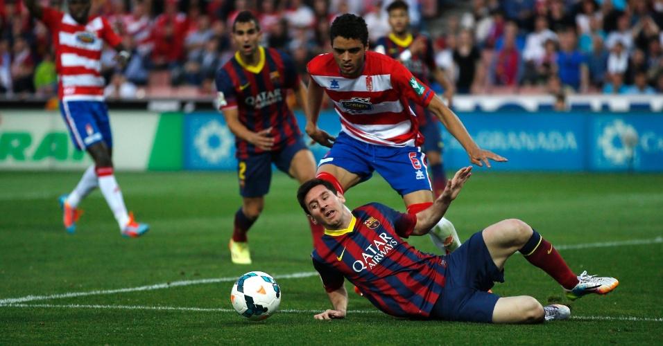 12.abr.2014 - Messi cai na área após disputa de bola com Tiago Abiola Delfim do Granada