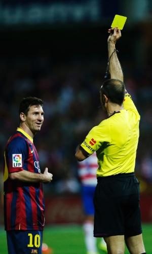 12.abr.2014 - Messi recebe o cartão amarelo após cometer falta dura em jogador do Granada