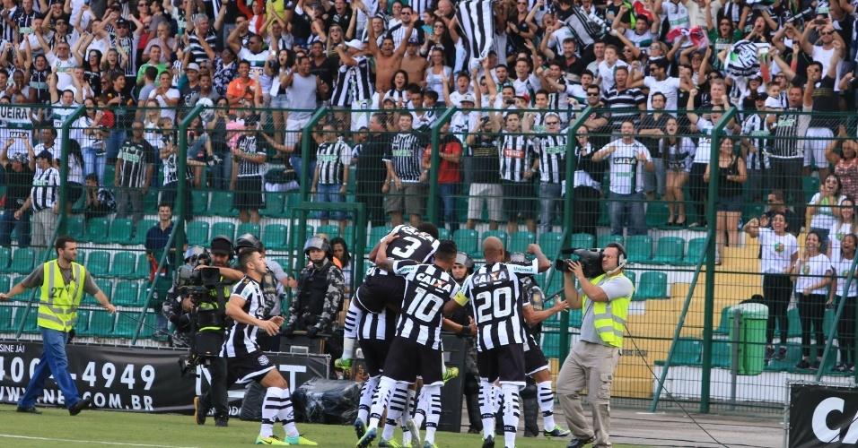 13.abr.2014 - Jogadores comemoram gol do Figueirense na final contra o Joinville, no Orlando Scarpelli