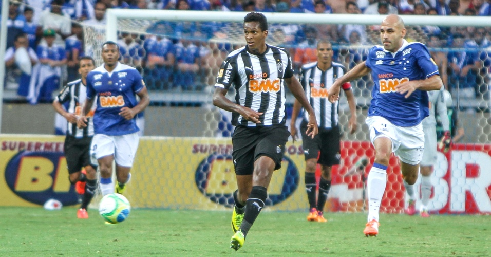 Atacante Jô durante o empate do Atlético-MG com o Cruzeiro na final do Campeonato Mineiro