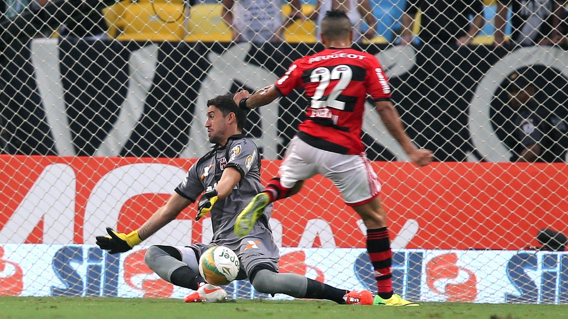 Goleiro Martin Silva evita gol do Flamengo em finalização de Everton