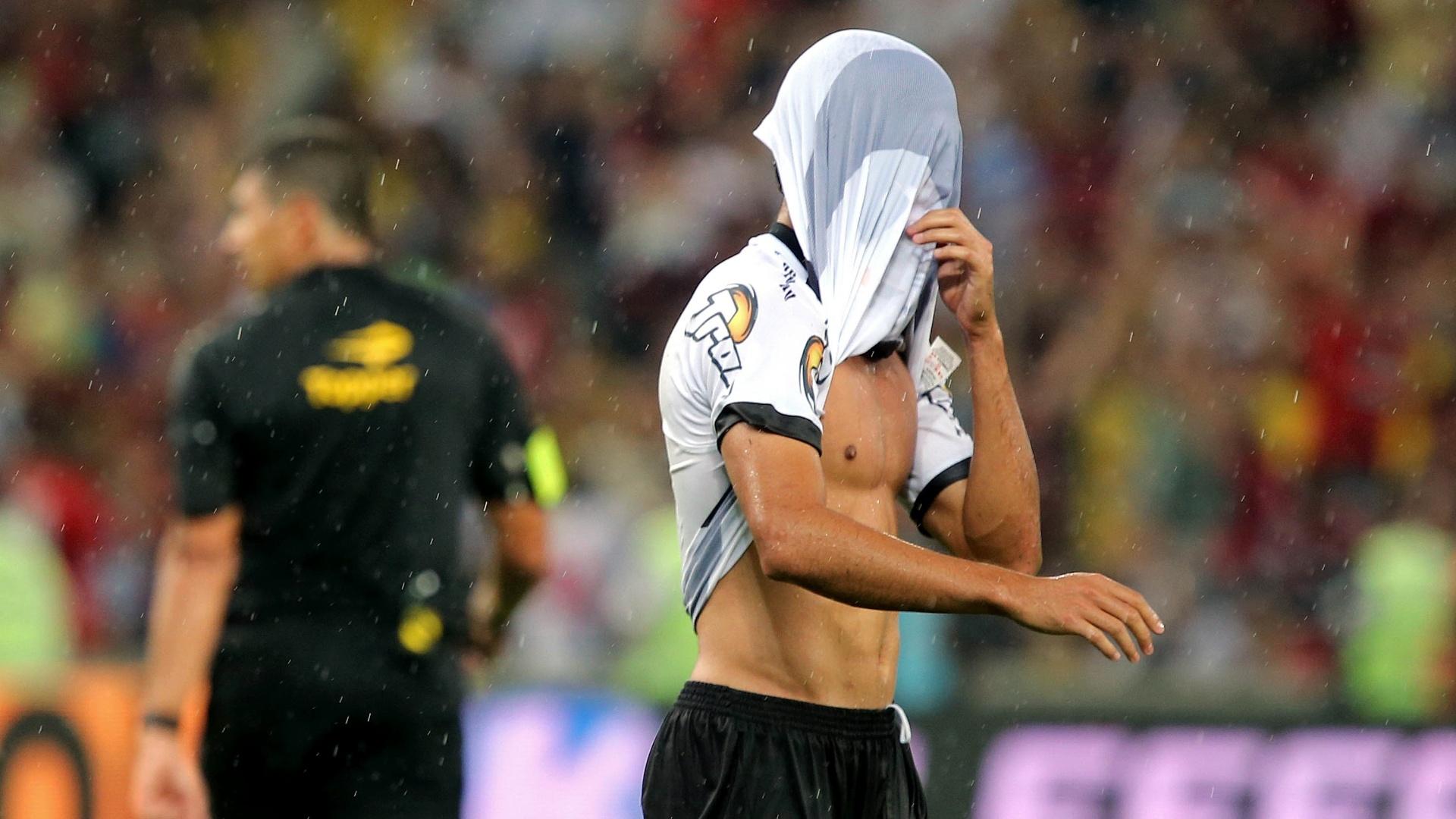Jogador do Vasco esconde o rosto com a camisa após perder título do Campeonato Carioca