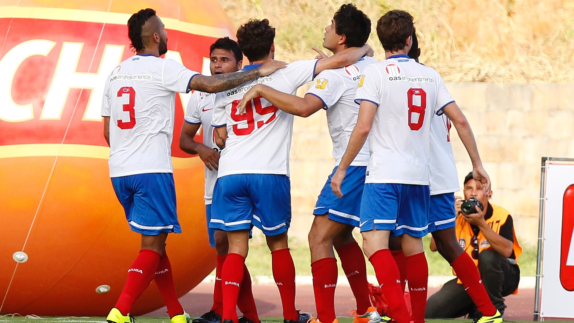 Jogadores do Bahia comemoram gol sobre o Vitória na final do Campeonato Baiano