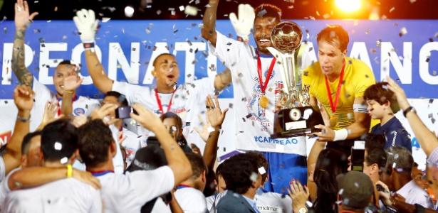 Jogadores do Bahia erguem a taça e comemoram o título de campeão baiano em cima do rival Vitória