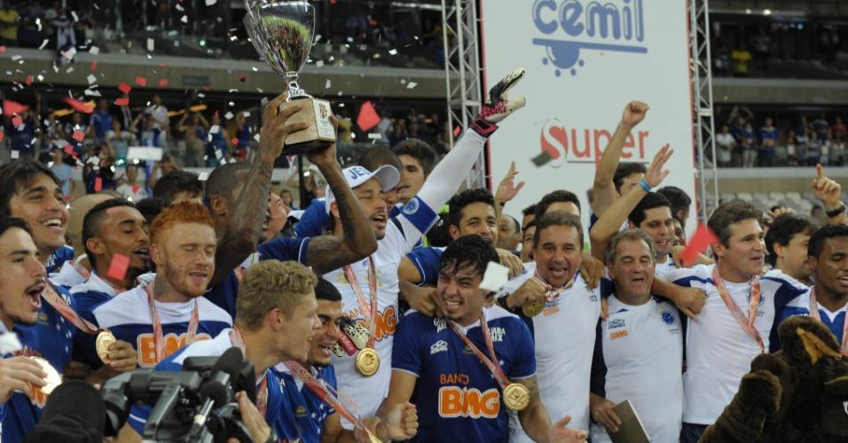 Jogadores do Cruzeiro erguem a taça de campeão mineiro e comemoram título em cima do Atlético-MG