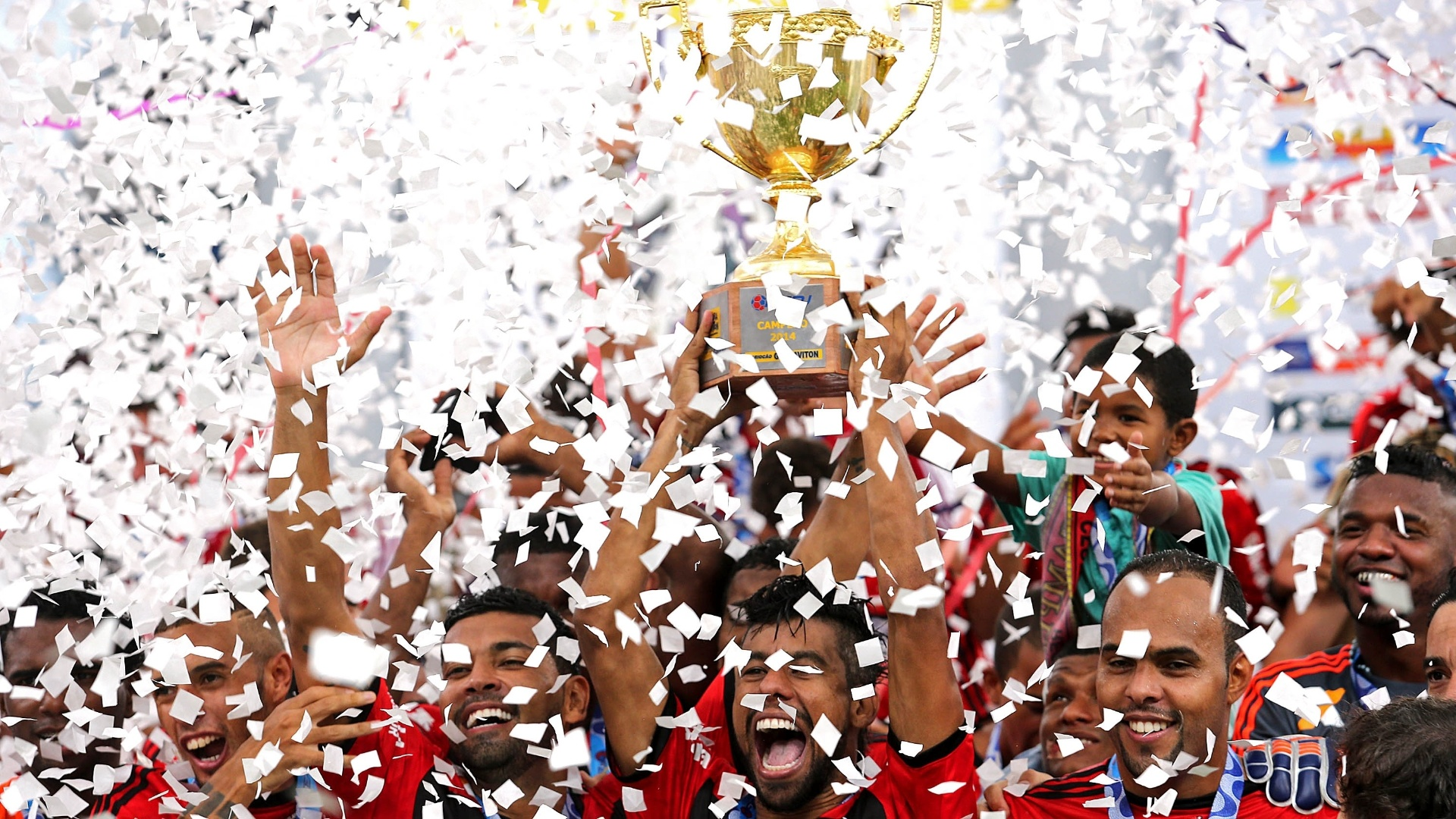 Jogadores do Flamengo comemoram título do Campeonato Carioca diante do Vasco, no Maracanã