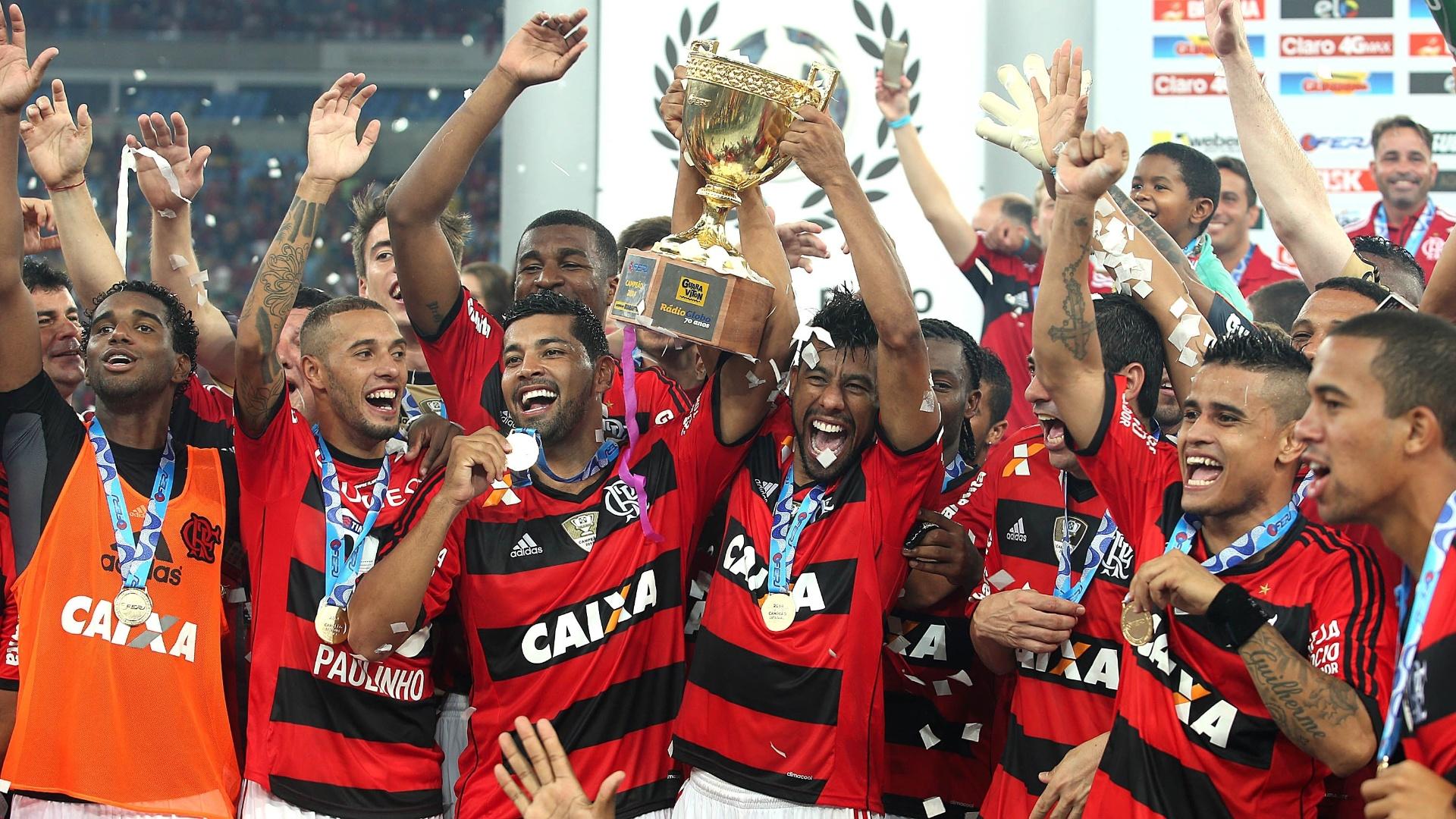 Jogadores do Flamengo fazem a festa com a taça do Campeonato Carioca