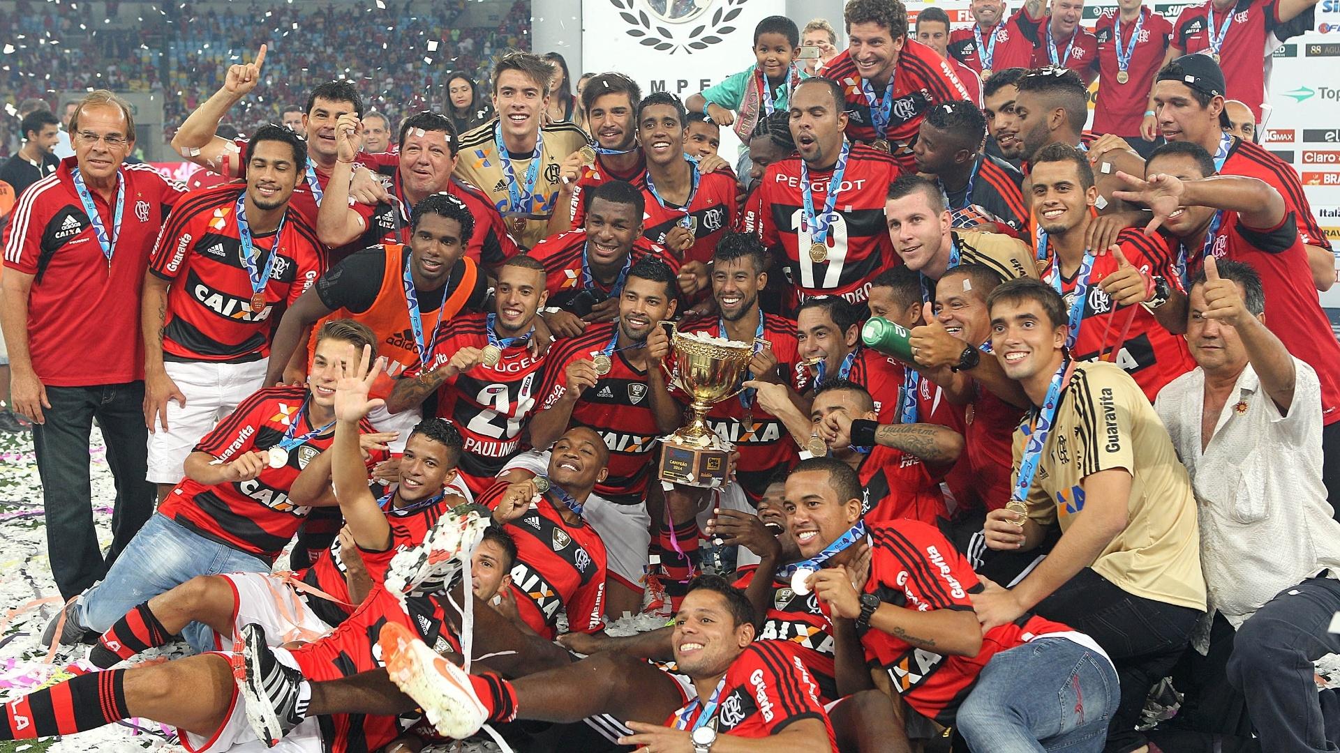 Jogadores do Flamengo se juntam para tirar foto com a taça de campeão carioca